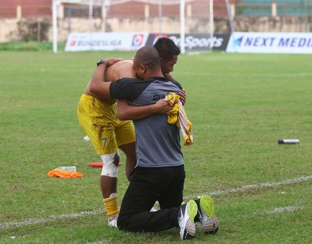 HLV Flavio Luiz ôm cầu thủ sau khi giúp CLB Gia Định đoạt vé lên chơi hạng Nhất 2021