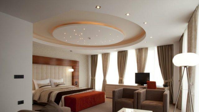 Trong trang trí trần nhà phòng ngủ, người ta thường chọn màu sắc nhẹ nhàng như trắng để tạo sự thoải mái
